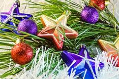 La Navidad juega las estrellas en la decoración blanca con la rama del árbol de pino Imagen de archivo libre de regalías