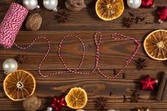 La Navidad juega, las naranjas, nueces en un concepto de madera Chr del fondo Imagen de archivo