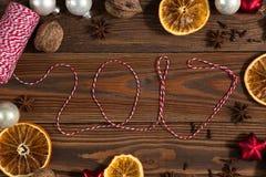 La Navidad juega, las naranjas, nueces en un concepto de madera Chr del fondo Fotografía de archivo