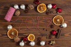 La Navidad juega, las naranjas, nueces en un concepto de madera Chr del fondo Foto de archivo