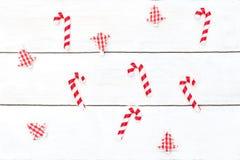 La Navidad Juguetes de la Navidad y bastones de caramelo en un blanco fotografía de archivo
