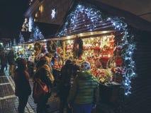 La Navidad justa en la noche, Brasov, Rumania fotos de archivo