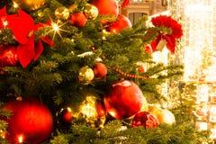 La Navidad justa Rojo y globos del oro, cintas, flores Fotografía de archivo libre de regalías