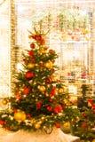 La Navidad justa Rojo y globos del oro, cintas, flores Imagenes de archivo