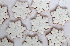 La Navidad Las galletas de la estrella del copo de nieve del pan de jengibre fijaron adornado con la formación de hielo en la tab Fotografía de archivo