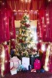 La Navidad lujosa con el regalo costoso. Fotografía de archivo libre de regalías