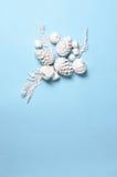 La Navidad minimalista conceptual del inconformista y contexto del Año Nuevo Conos del pino, ramas, flores del physalis Objetos b Fotos de archivo libres de regalías
