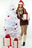 La Navidad - muchacha feliz con el abeto del regalo y de la nieve Fotos de archivo