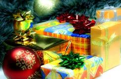La Navidad muchas cajas de regalo envueltas en papel colorido y del oro de embalaje Imágenes de archivo libres de regalías