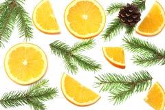 La Navidad naranja con el árbol de las rebanadas, del cono y de abeto en la opinión superior del fondo blanco Imagen de archivo libre de regalías