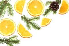 La Navidad naranja con el árbol de las rebanadas, del cono y de abeto en la opinión superior del fondo blanco Foto de archivo