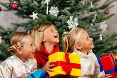 La Navidad - niños con los presentes Imágenes de archivo libres de regalías