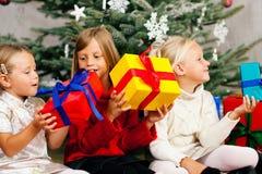 La Navidad - niños con los presentes Fotografía de archivo libre de regalías