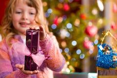 La Navidad - niña con el presente de Navidad Fotografía de archivo libre de regalías