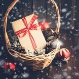 La Navidad o Año Nuevo presente en cesta con las bolas y los pinecones Imagen de archivo libre de regalías