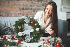 La Navidad o Años Nuevos de decoraciones en mano femenina Foto de archivo