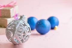 La Navidad o composición del marco del Año Nuevo decoraciones del oro de la Navidad en el fondo blanco con el espacio vacío de la Imagen de archivo libre de regalías