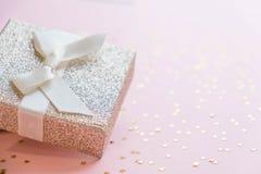 La Navidad o composición del marco del Año Nuevo decoraciones del oro de la Navidad en el fondo blanco con el espacio vacío de la Fotografía de archivo