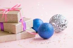La Navidad o composición del marco del Año Nuevo decoraciones del oro de la Navidad en el fondo blanco con el espacio vacío de la Imagen de archivo