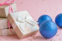 La Navidad o composición del marco del Año Nuevo decoraciones del oro de la Navidad en el fondo blanco con el espacio vacío de la Fotografía de archivo libre de regalías
