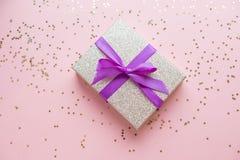La Navidad o composición del marco del Año Nuevo decoraciones del oro de la Navidad en el fondo blanco con el espacio vacío de la Fotos de archivo libres de regalías