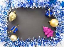 La Navidad o composición plana del Año Nuevo Marco chispeante azul de la guirnalda de la cinta Imagen de archivo