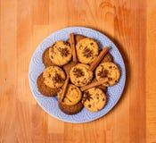 La Navidad o la tarjeta del día de San Valentín adornó las galletas en la placa blanca Galletas del pan de jengibre en fondo de m Imagen de archivo libre de regalías