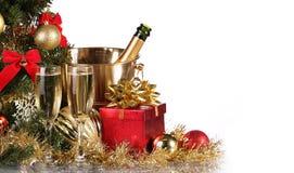 La Navidad o Nochevieja Champán y presentes Imagenes de archivo