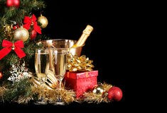 La Navidad o Nochevieja Champán y presentes sobre negro Foto de archivo libre de regalías