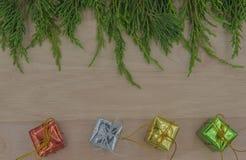 La Navidad o pino y regalo del Año Nuevo en fondo de madera Foto de archivo libre de regalías