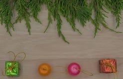 La Navidad o pino y regalo del Año Nuevo en fondo de madera Foto de archivo