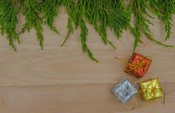 La Navidad o pino y regalo del Año Nuevo en fondo de madera Imagen de archivo libre de regalías
