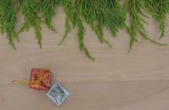 La Navidad o pino y regalo del Año Nuevo en fondo de madera Fotografía de archivo