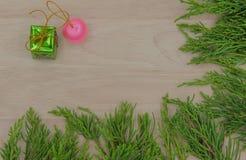 La Navidad o pino y regalo del Año Nuevo en fondo de madera Imagenes de archivo