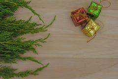 La Navidad o pino y regalo del Año Nuevo en fondo de madera Fotografía de archivo libre de regalías