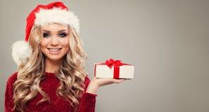 La Navidad o retrato del Año Nuevo de la mujer alegre Fotografía de archivo