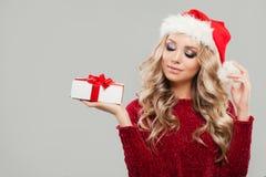 La Navidad o retrato del Año Nuevo de la mujer linda con el regalo de la Navidad Fotografía de archivo libre de regalías