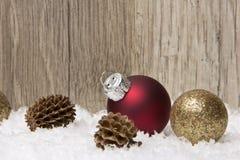 La Navidad, ornamento de la Navidad rojo y marrón Fotos de archivo libres de regalías