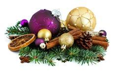 La Navidad púrpura y de oro adorna la frontera Imágenes de archivo libres de regalías