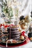 La Navidad, pan del jengibre de Navidad con el vidrio de champán, serbal, ceniza de montaña y dulces, galletas en la placa roja,  imagenes de archivo