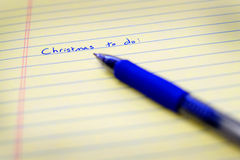 La Navidad para hacer la lista escrita en el papel con Pen Planning azul Foto de archivo