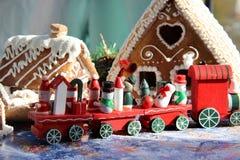 La Navidad para los niños con el tren rojo del juguete Fotos de archivo
