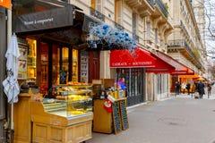 La Navidad parisiense típica del café adornada en París Imagenes de archivo