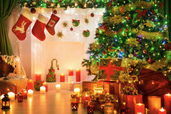La Navidad pega el lugar del fuego, luz de la chimenea del árbol de Navidad Foto de archivo
