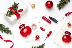 La Navidad, plano del concepto de la belleza del Año Nuevo pone con el regalo cosmético para ella imagen de archivo