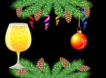 La Navidad postal con el vidrio de champán y de decoraciones festivas Imagenes de archivo
