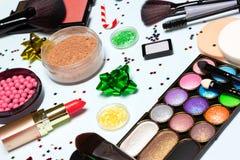 La Navidad - primer de los cosméticos y de los accesorios del maquillaje del Año Nuevo imagenes de archivo