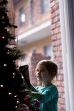 La Navidad que adorna con los niños Fotografía de archivo libre de regalías