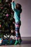 La Navidad que adorna con los niños Fotografía de archivo