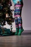 La Navidad que adorna con los niños Foto de archivo libre de regalías